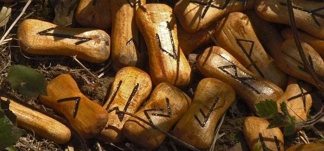 Runas nórdicas de madera en el bosque