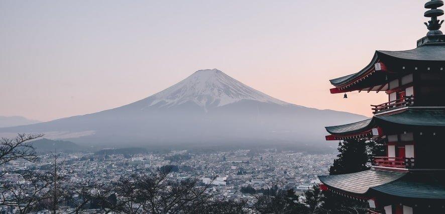 mitología japonesa pagoda con monte fuji de fondo